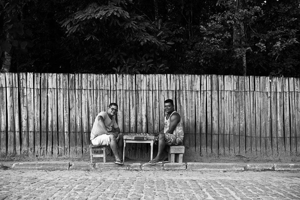 Zwei Männer spielen ein Brettspiel auf dem Bürgersteig.