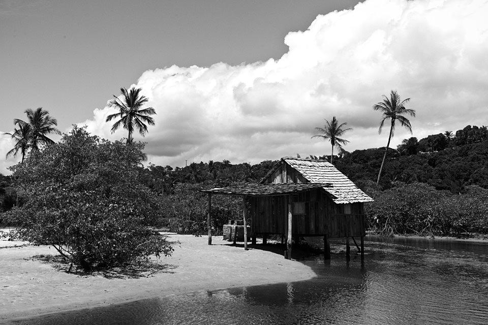 Eine Hütte steht auf Stelzen im Wasser.