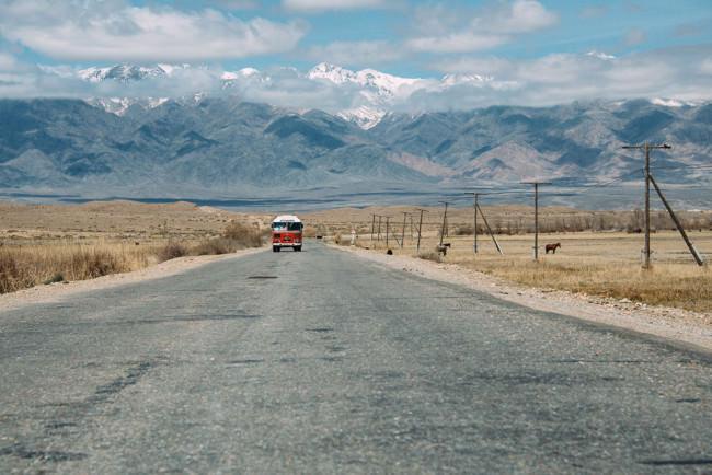 Asphaltierte Fernstraße durch eine Hochebene in Kirgisistan.