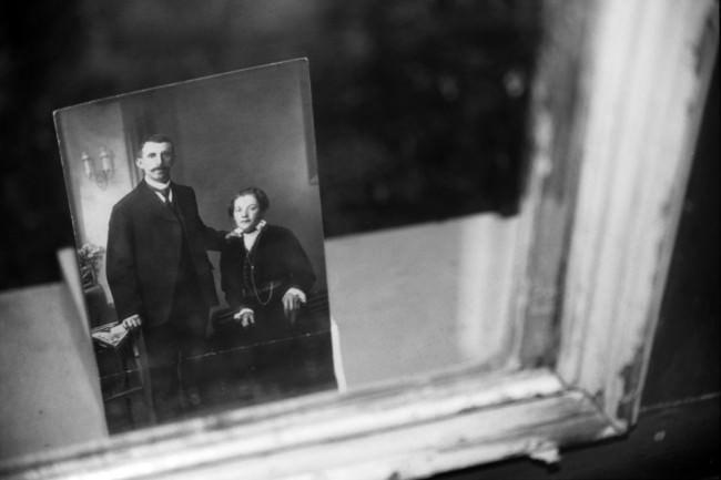 Das Bild eines Ehepaars in einem Spiegel.