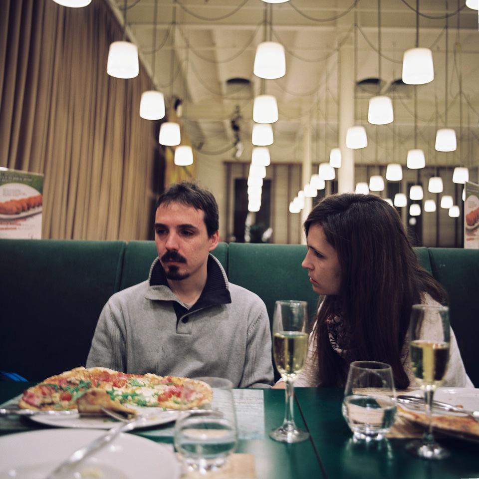 Ein Paar sitzt in einem Restaurant.