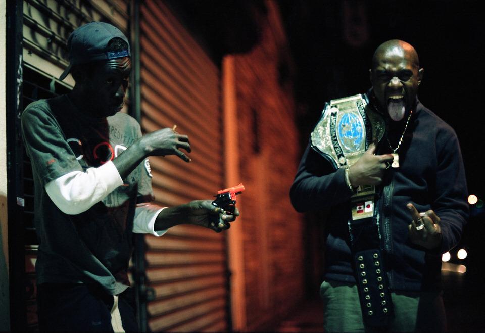 Straßenfotografie: Zwei Männer, die offensichtlich Spaß haben.