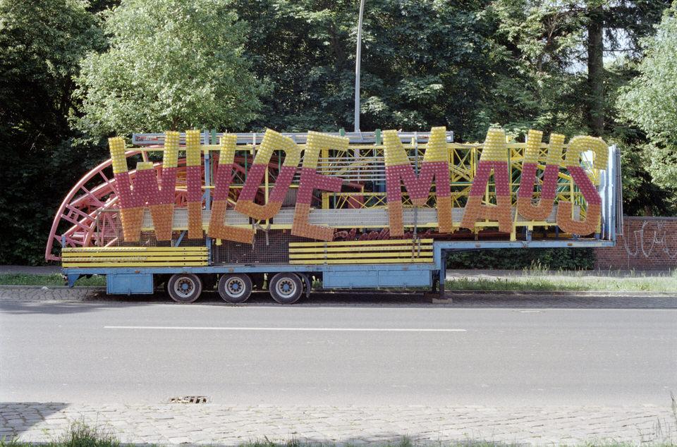 Ein Anhänger mit einem großen Schriftzug WILDE MAUS.
