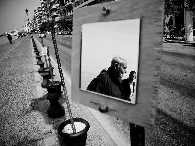 Ein Menschenfoto hängt auf der Straße