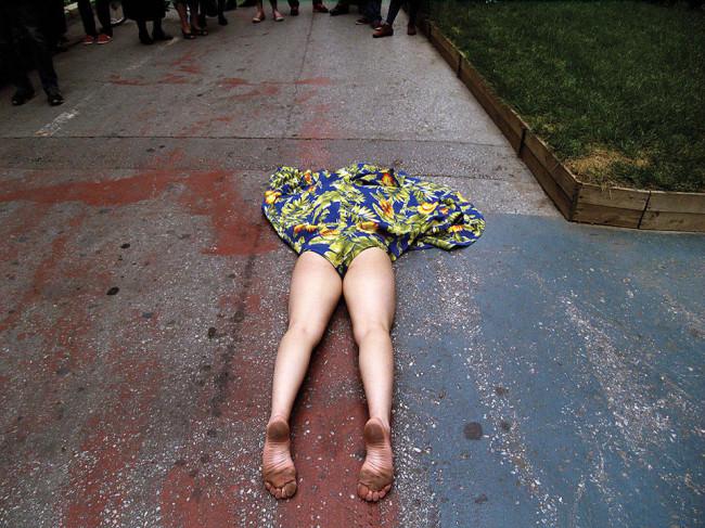 Eine Frau liegt auf dem Boden
