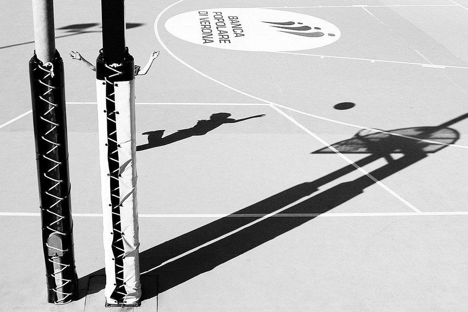 Schatten auf einem Sportplatz.