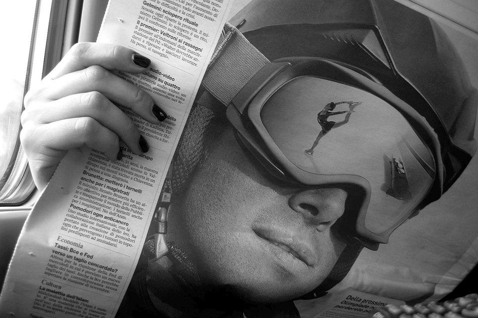 Eine Frauenhand hält eine Zeitung.
