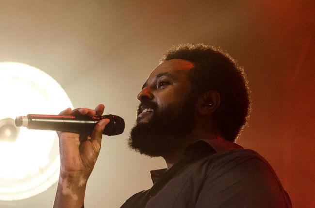 Fetsum mit Mikrofon im Konzert