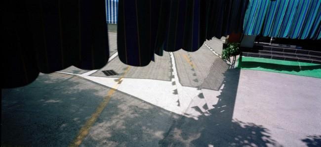 Abstraktes Schattenspiel auf der Straße.