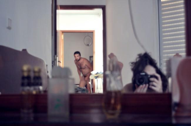Ein Foto eines nackten Mannes im Spiegel