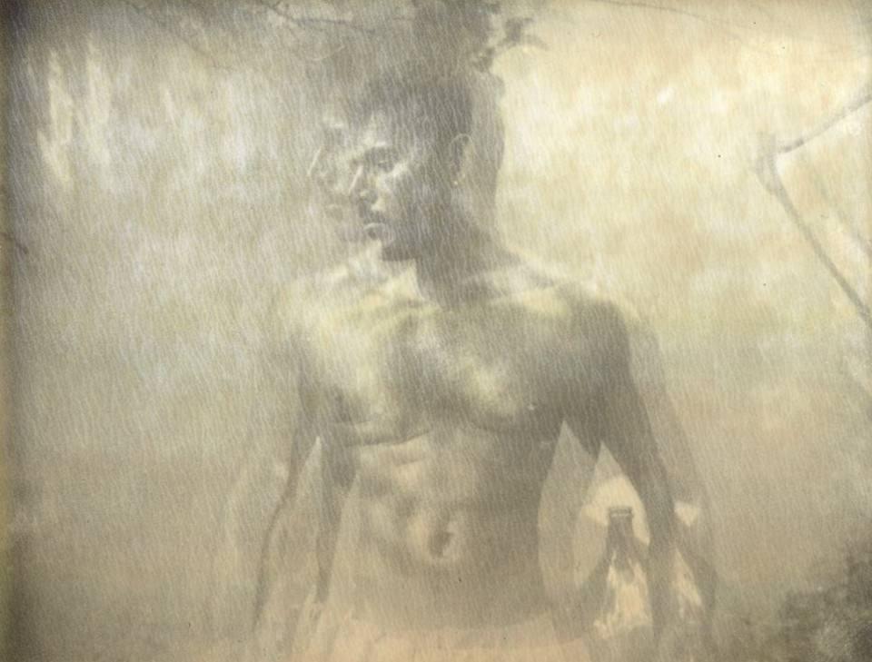 Ein muskulöser Mann vor einer Wand