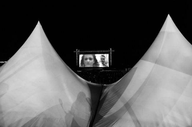 Eine Kinoleinwand zwischen zwei Zeltspitzen.