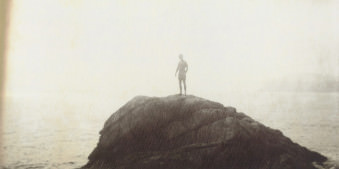 Eine Person steht auf einem Felsen
