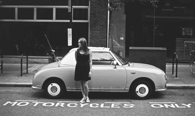 Mädchen vor einem Auto auf einer Straße