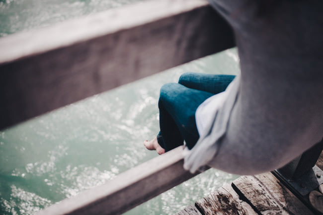 Mädchen auf einem Steg im Wasser