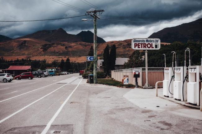 Tankstelle vor Berglandschaft