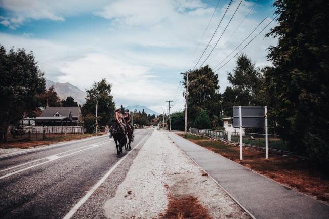 Zwei Reiter auf einer Straße
