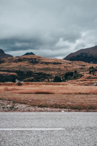 Straße vor einer Berglandschaft