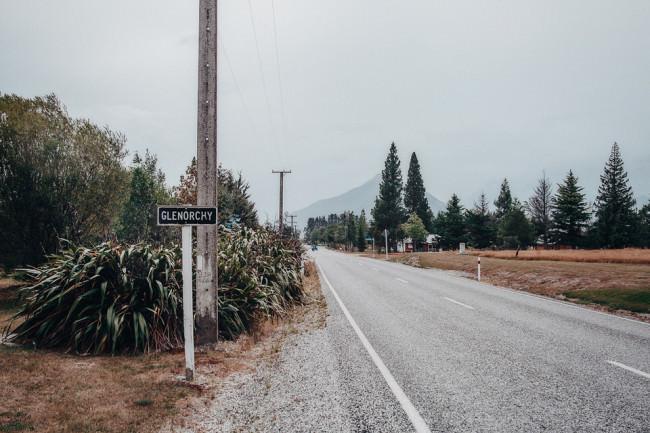 """Straße mit Schild """"Glenorchy"""""""