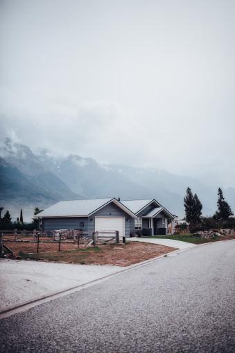 Hütten vor einer Berglandschaft