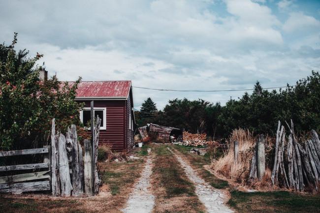 Ein einsamer Hof mit einer Holzhütte