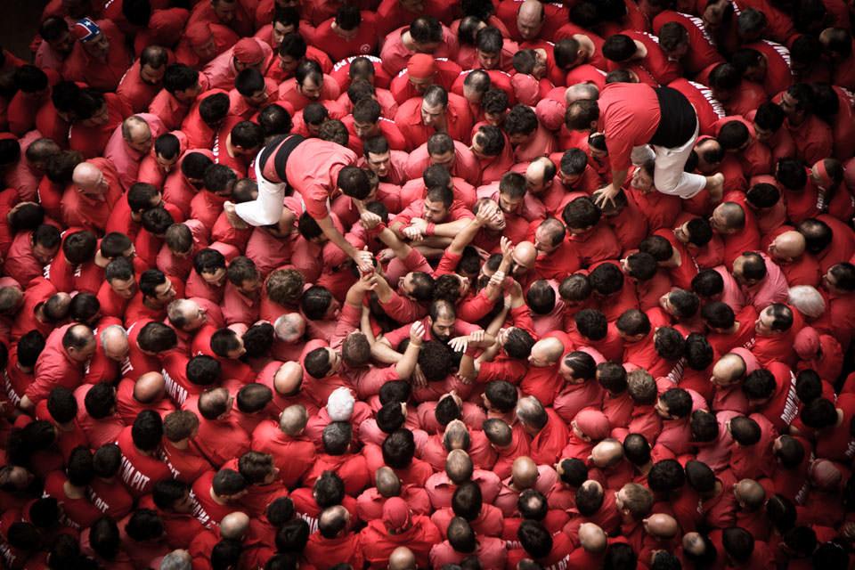 Roter Menschenturm von oben.