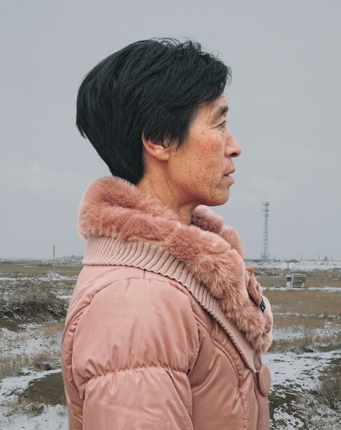 Seitlichen Portrait einer Frau vor einer Landschaft.