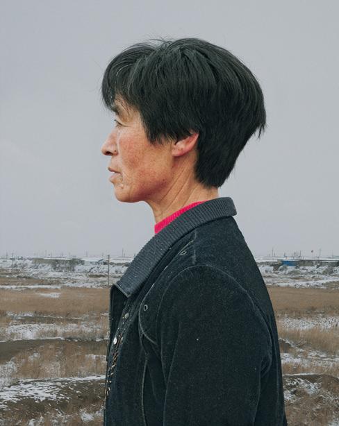 Seitliches Portrait einer Frau vor einer Landschaft