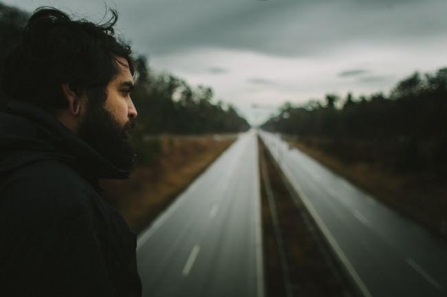 Mann schaut auf eine Straße