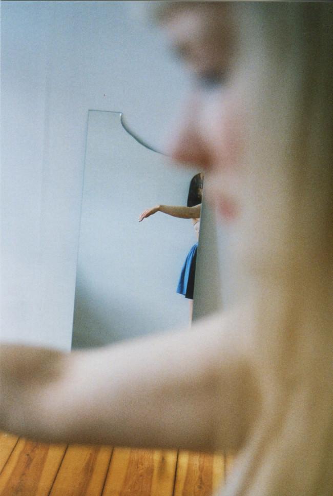 Zwei Frauen und ein Spiegel.