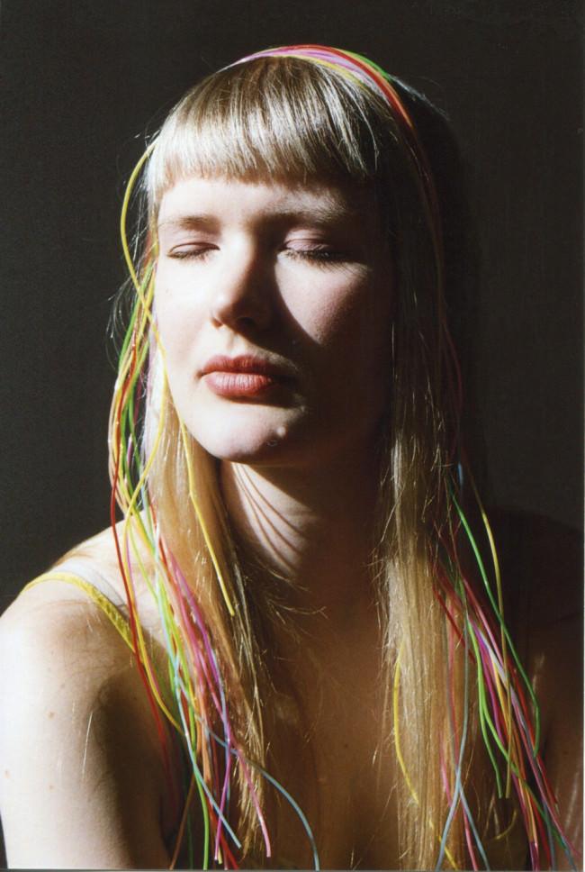 Das Portrait einer Frau mit geschlossenen Augen.