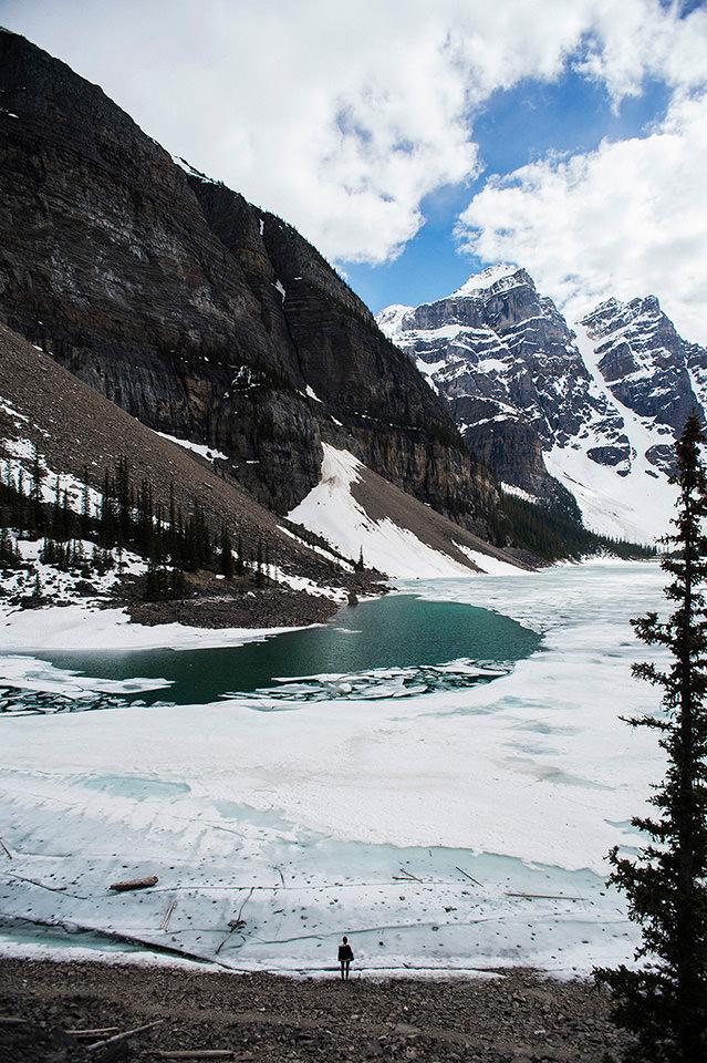 Ein zugefrorener Bergsee.