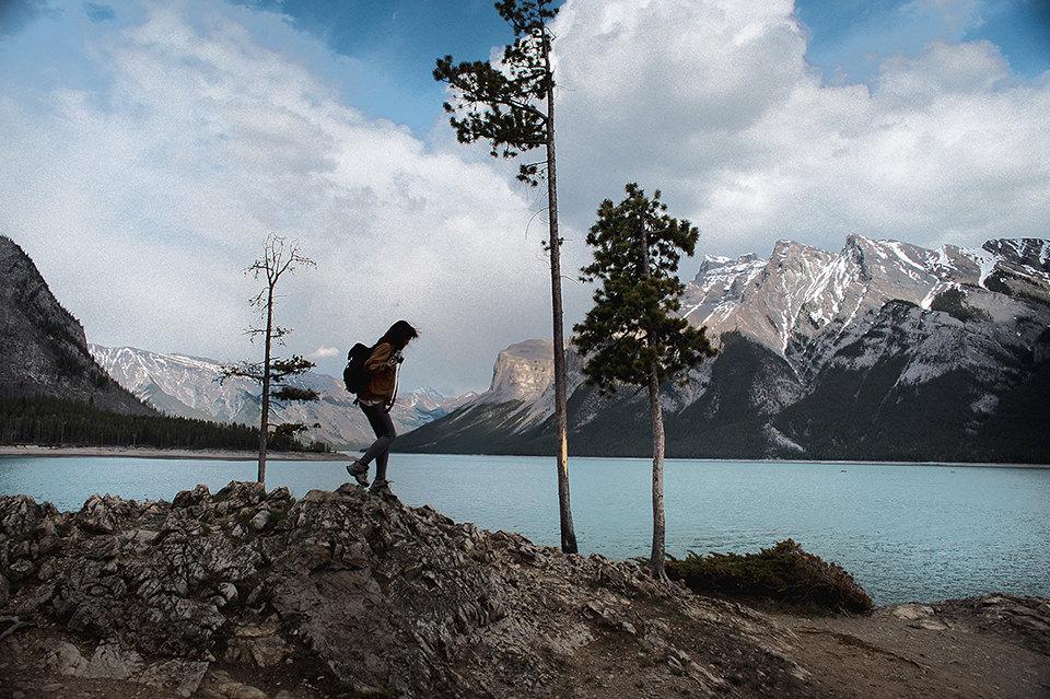 Eine Person läuft über steiniges Gelände.