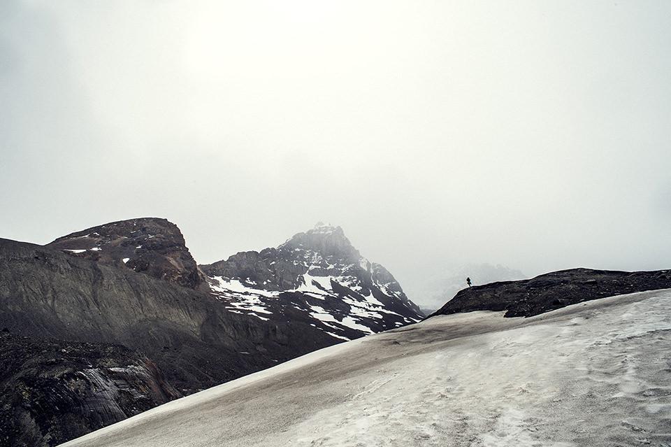 Landschaft mit Bergen. Am Horizont ganz klein eine Preson.