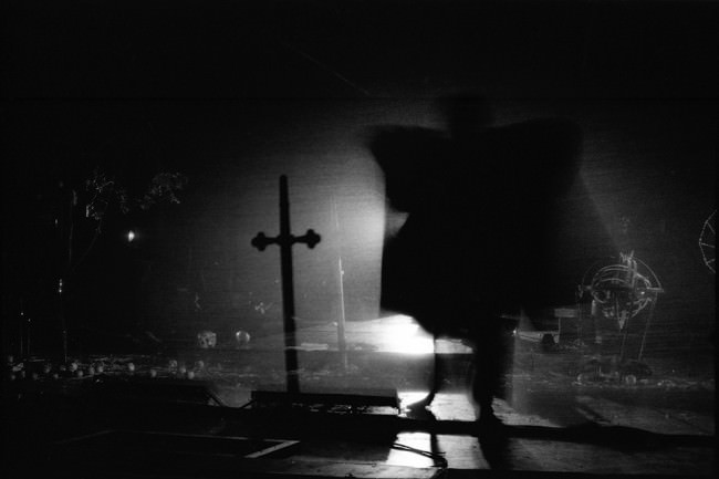 Ein Kreuz und Licht und eine Gestalt wie ein Vampir.