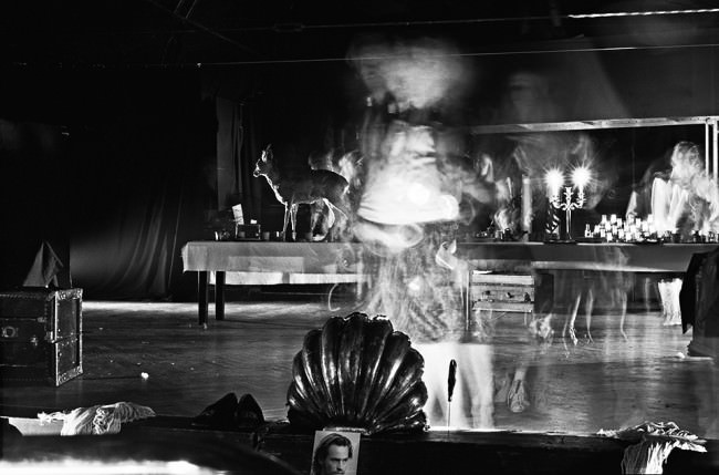Eine Muschel im Vordergrund, eine Bühne dahinter und ein Wirrwarr aus Lichtern.