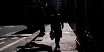 Silhouette eines Mannes auf einer Kreuzung
