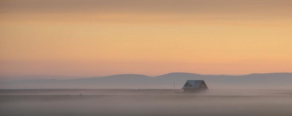 Einsame Hütte im Nebel