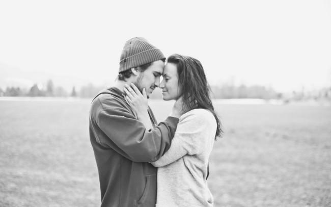 Paar das sich an den Köpfen berührt