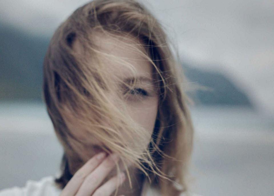 Nahes Mädchenportrait im Wind