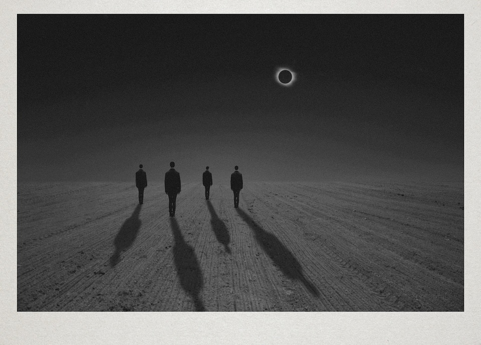 Vier Personen stehen auf einem Acker, am Himmel eine Sonnenfinsternis.