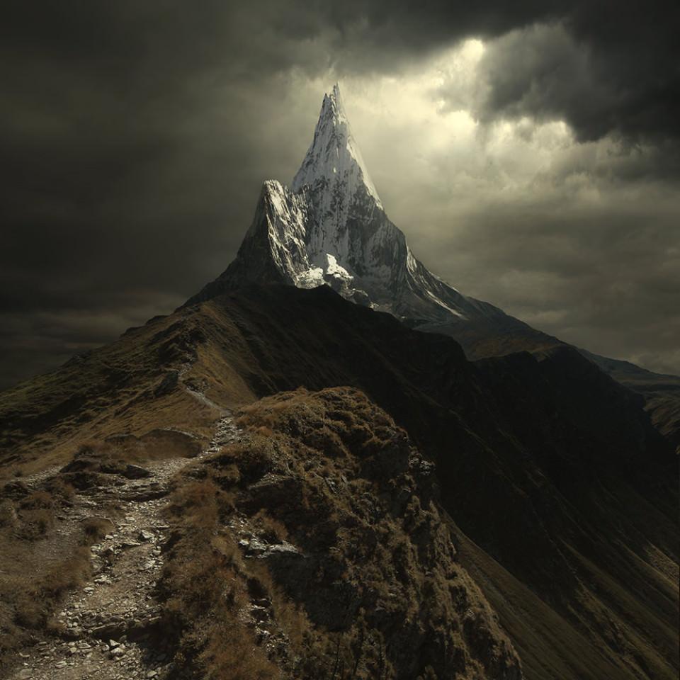 Ein sehr spitzer Berggipfel ragt in den Himmel auf.