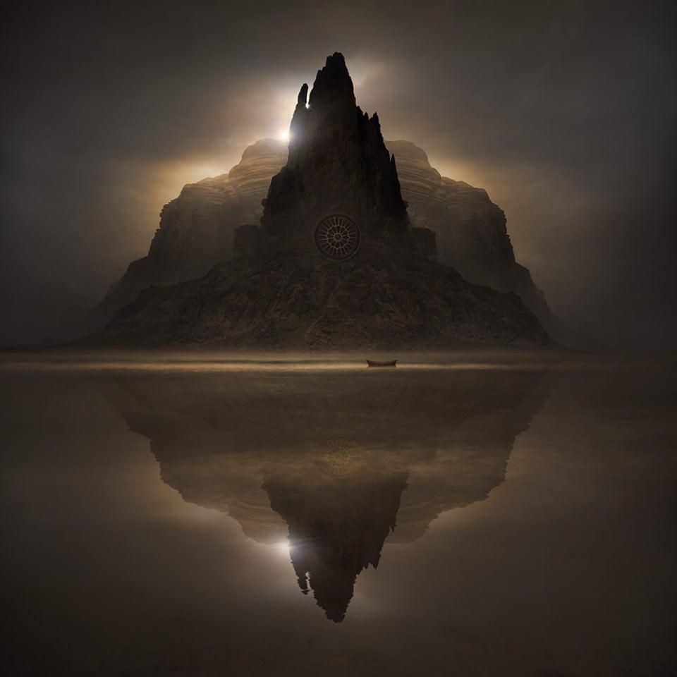 Ein Berg mit rundem Fenster ragt aus dem Wasser auf, vor ihm liegt ein kleines Boot am Strand.