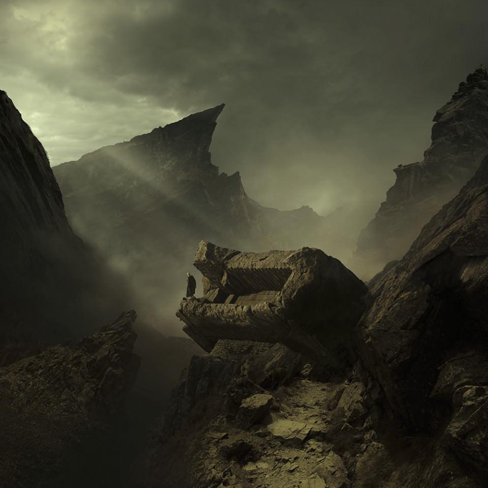 Eine Person steht allein am Rand einer Felsenlandschaft.