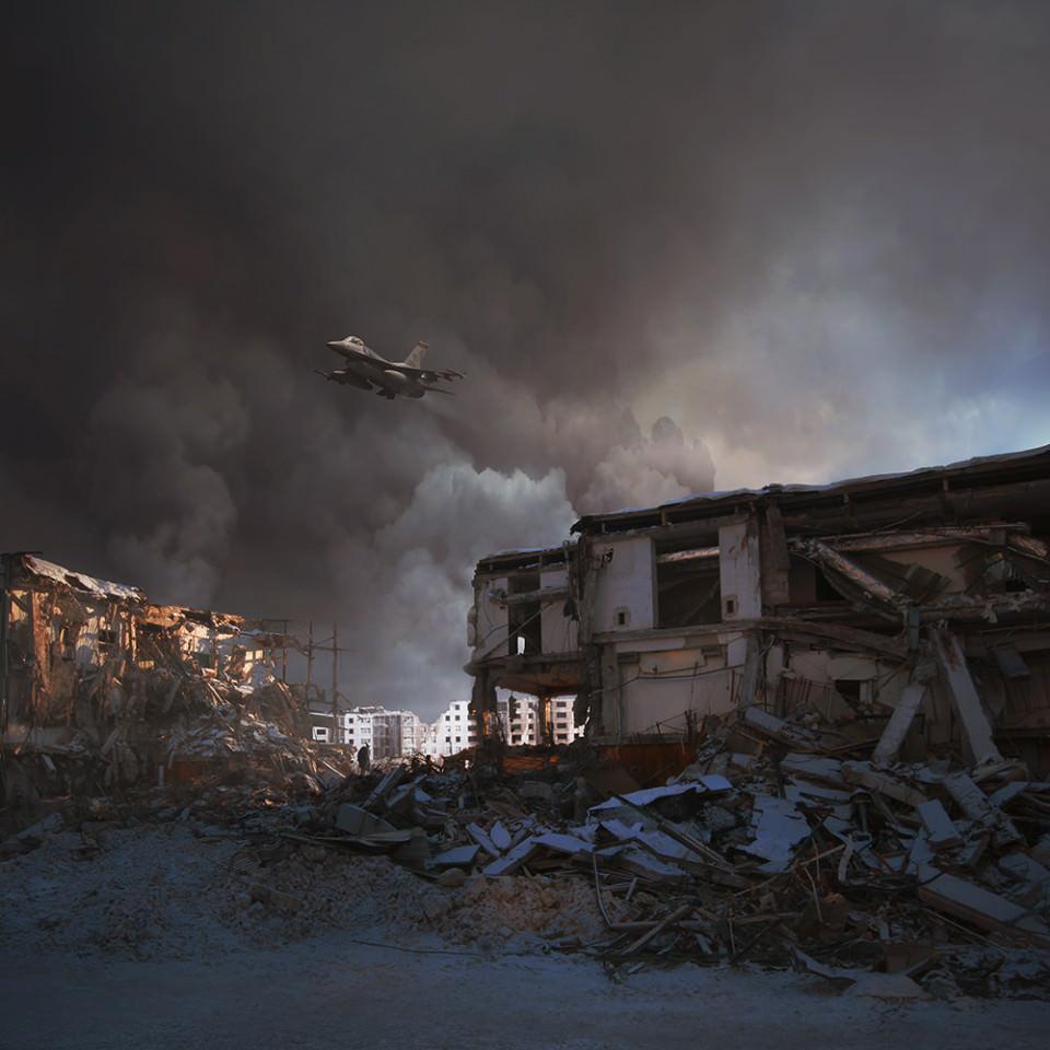 Über einige zerstörte Gebäude fliegt ein Flugzeug.