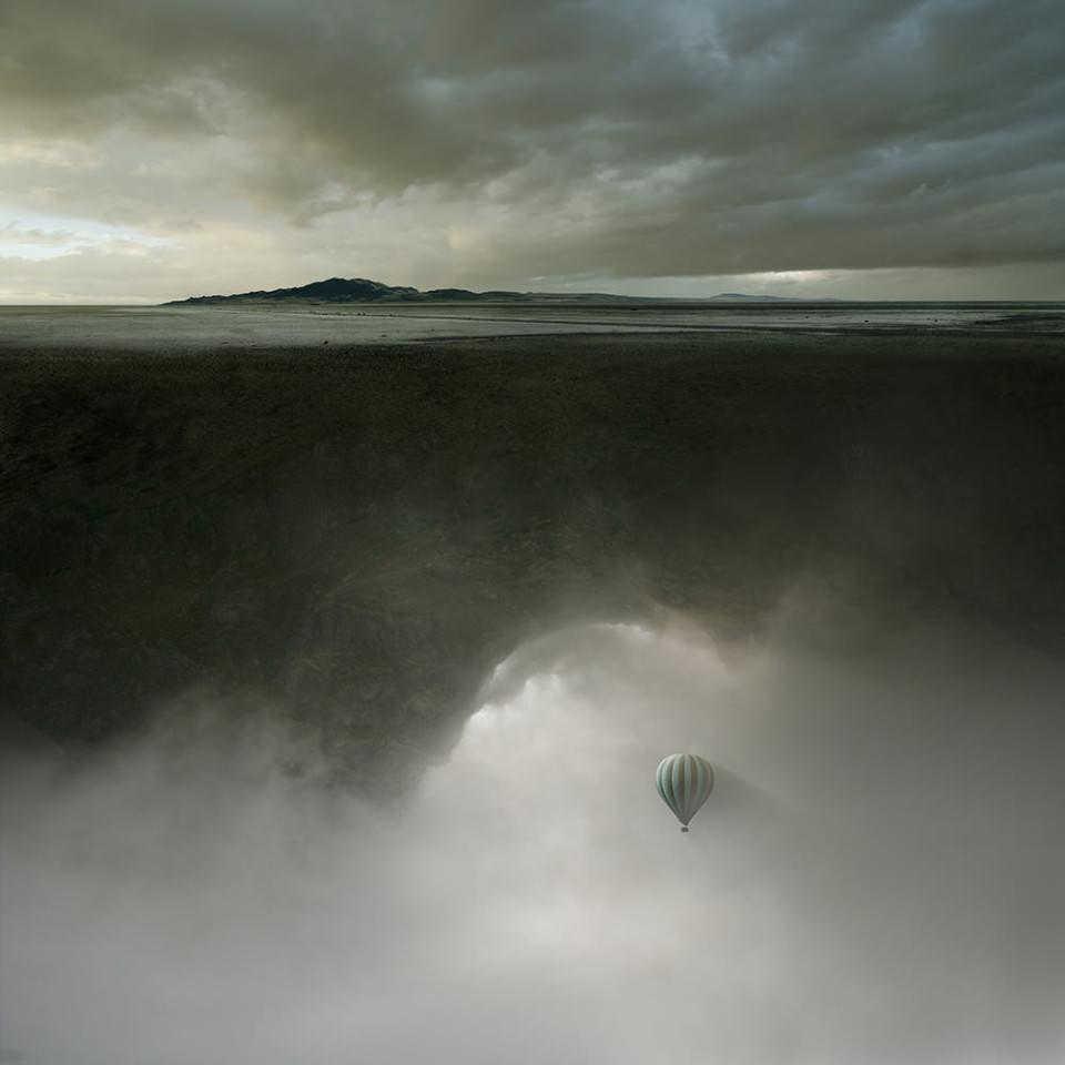 Ein Heißluftballon schwebt auf eine riesige schwebende Landmasse zu.