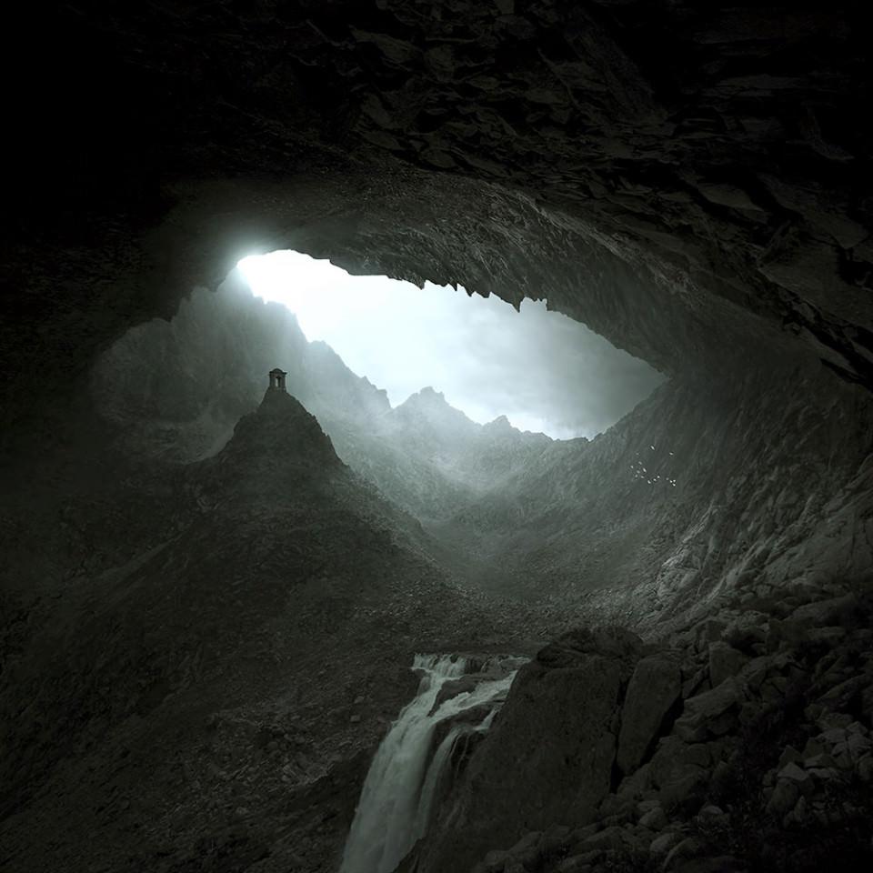 In einer Höhle steht auf einem Hügel ein kleiner Tempel, im Vordergrund fließt ein Fluss.