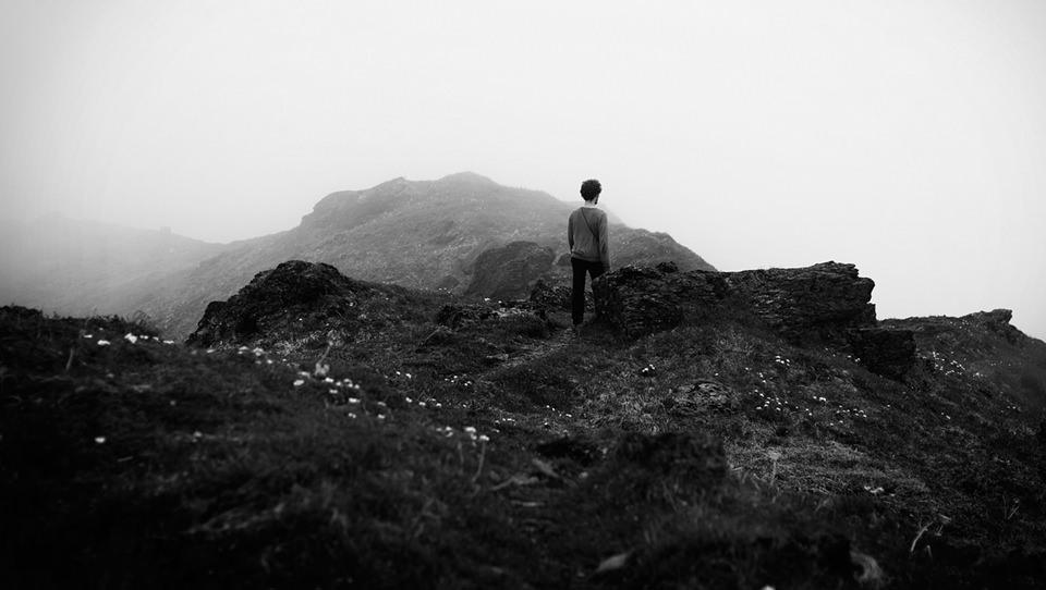 Wanderer auf nebligem Bergrücken