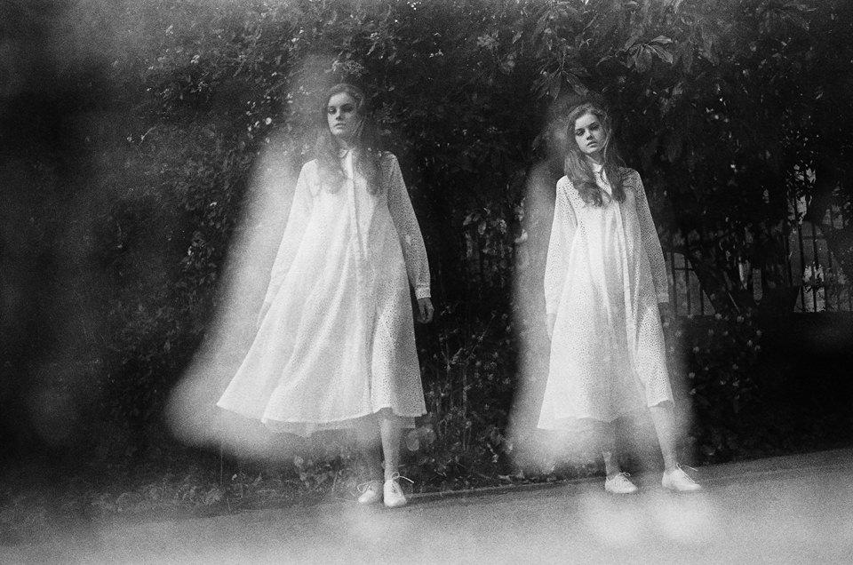 Zwei Frauen in langen weißen Kleidern.