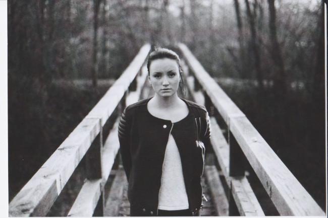 Mädchenportrait auf einer Brücke